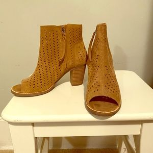 Toms open toe perforated booties sz 6.5